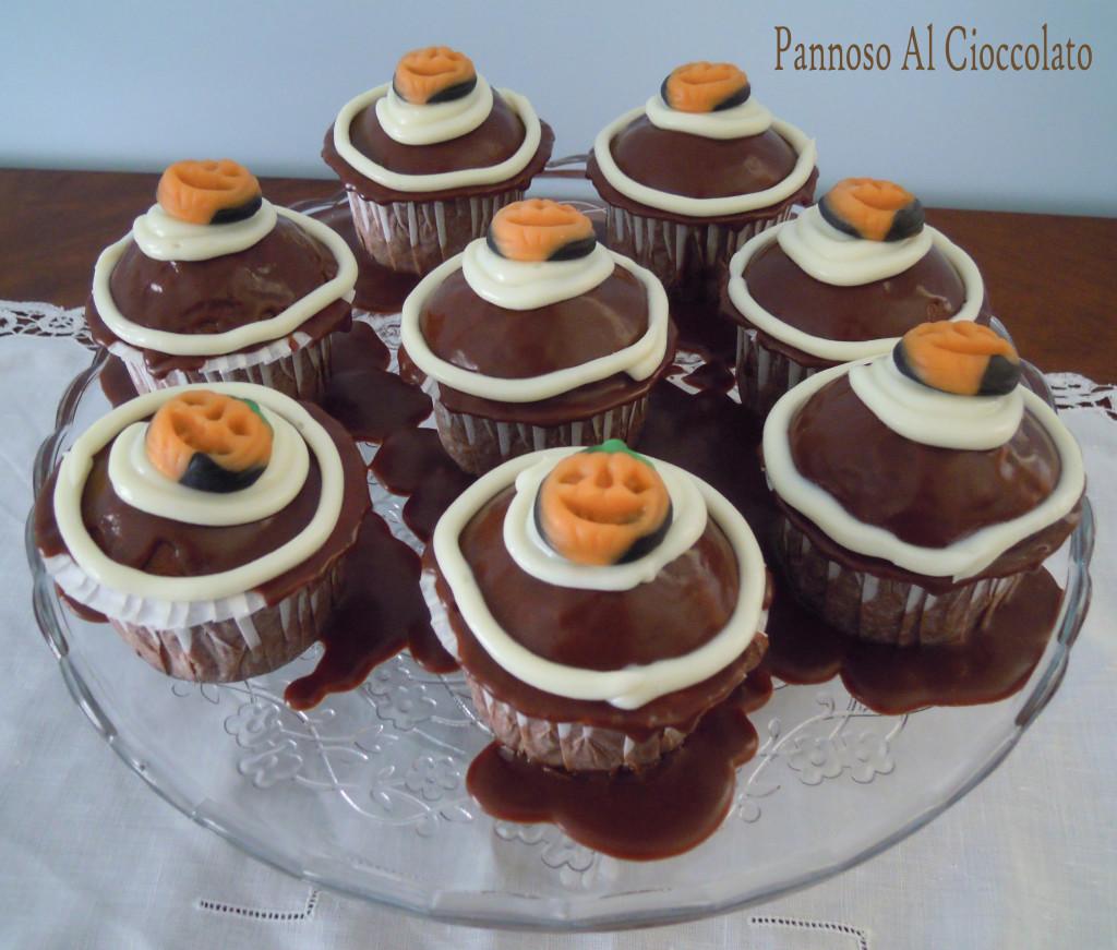Cupcake al cioccolato con frosting al cioccolato bianco ricetta halloween