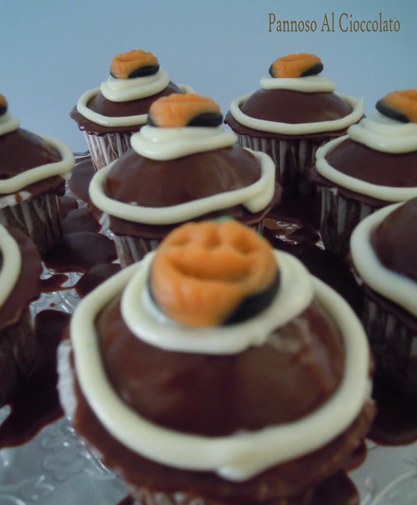Cupcake al cioccolato con frosting al cioccolato bianco ricetta halloween.