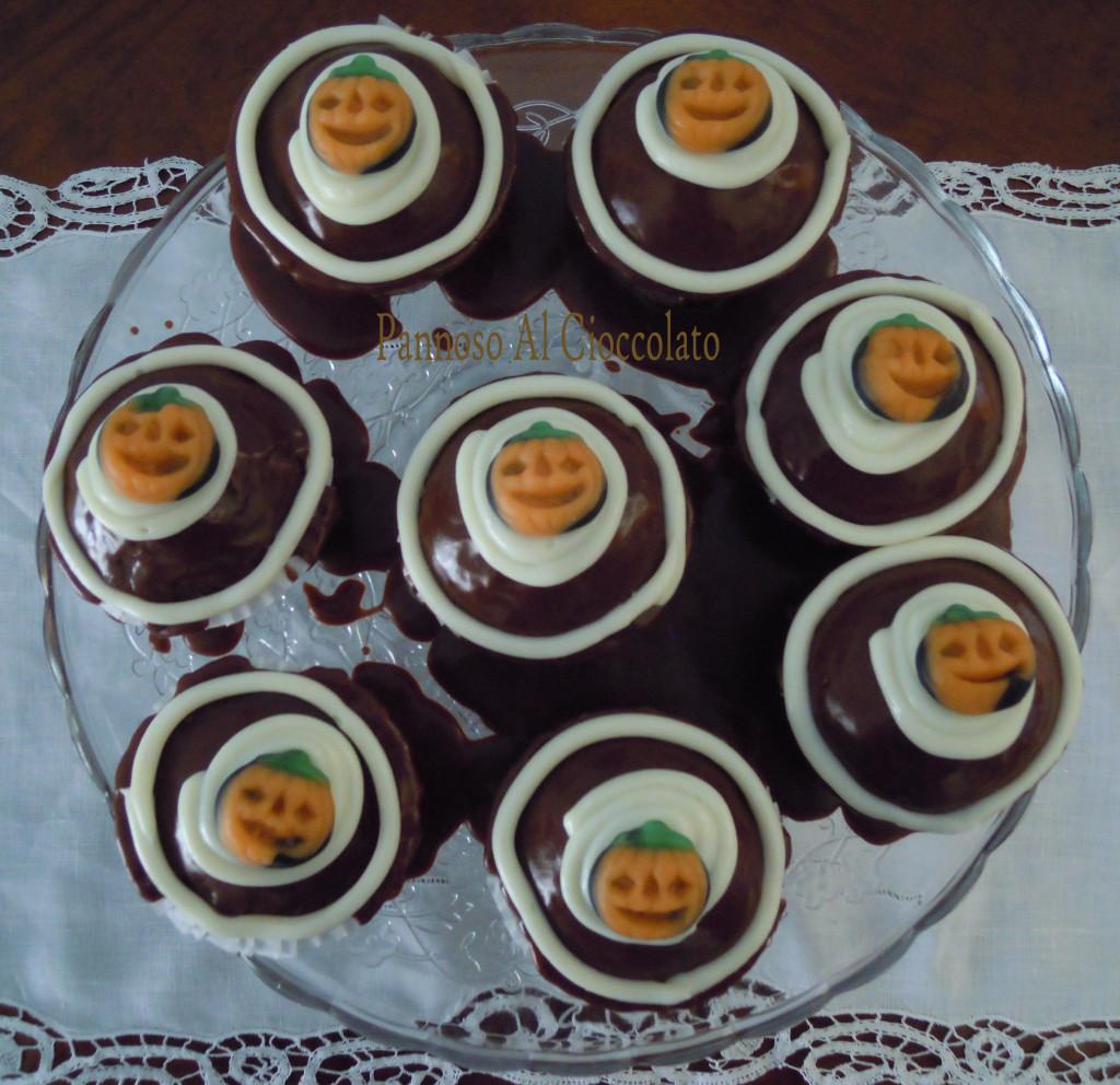 Cupcake al cioccolato con frosting al cioccolato bianco ricetta halloween..